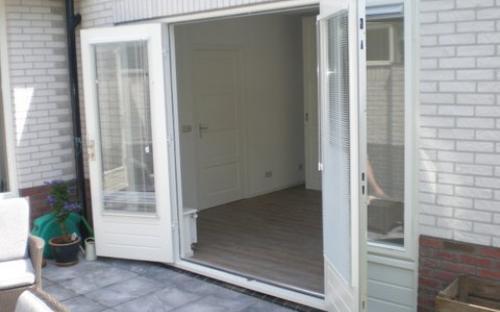 uitbouw ten behoeve van een slaapkamer met vaste kastenwand en een badkamer